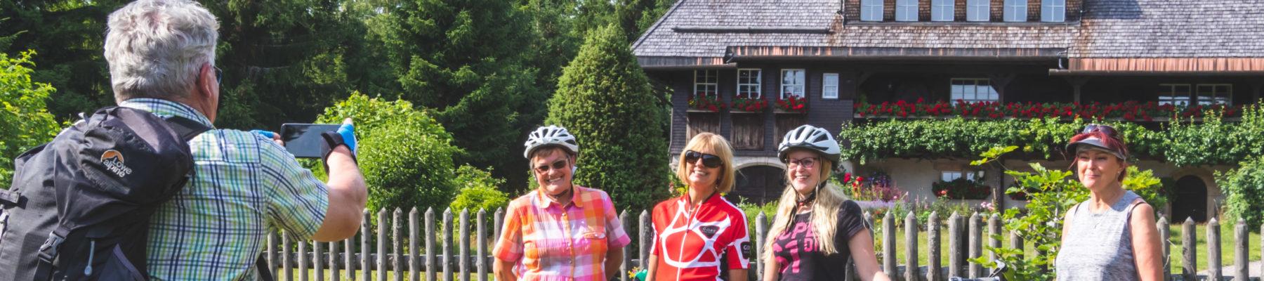 Erinnerungsfoto vor dem Heimatmuseum Hüsli