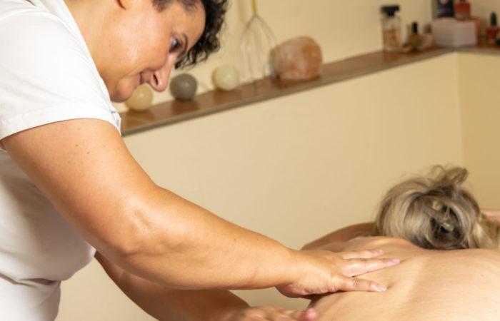 Entspannende Massage mit duftenden Aromaölen