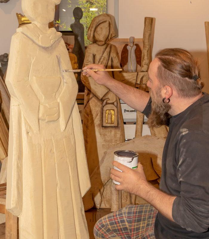 Der Grafenhausener Holzbildhauer hat die nahezu lebensgroßen Figuren für den Hochschwarzwälder Krippenpfad gefertigt