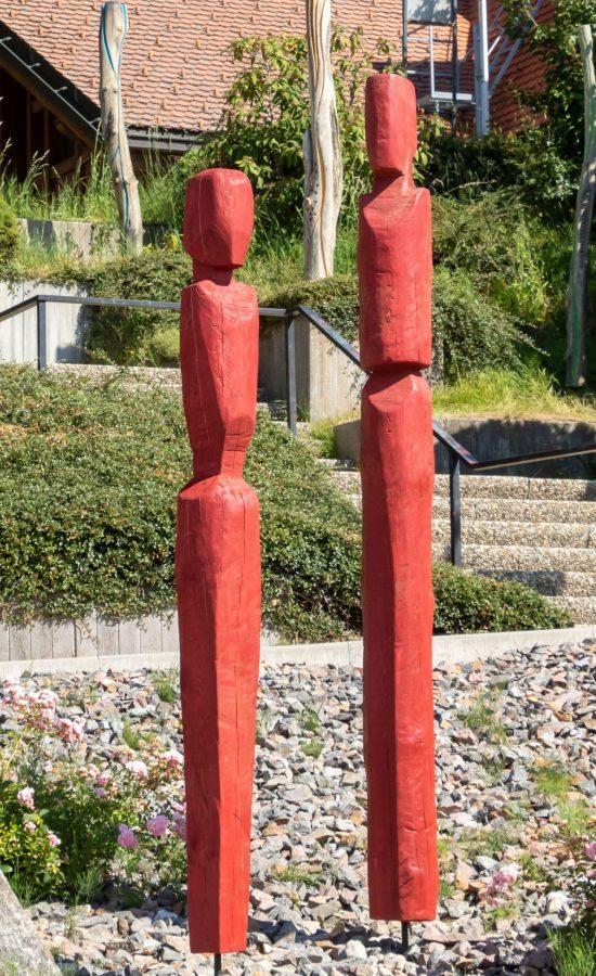"""Flankiert werden die """"Nistskulpturen"""" mit jeweils zwei roten signalfiguren (ehemals """"tipi"""",rothaus )"""